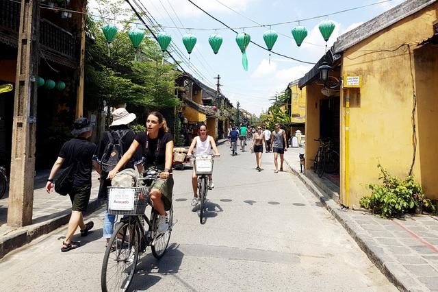 Du khách đi xe đạp, tham quan trong phố cổ Hội An