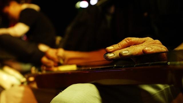 Cách chơi đàn khá lạ khi âm thanh được tạo ra từ thanh chắn tác động vào dây đàn. Việc di chuyển thanh chắn tạo ra những âm thanh có độ ngân mang âm vực sâu chính là sự khác biệt của nhạc cụ này.