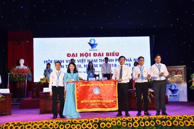 Hội Sinh viên thành phố Hà Nội nhận cờ thi đua xuất sắc của Trung ương Hội Sinh viên Việt Nam. (Ảnh: Vương Đức)