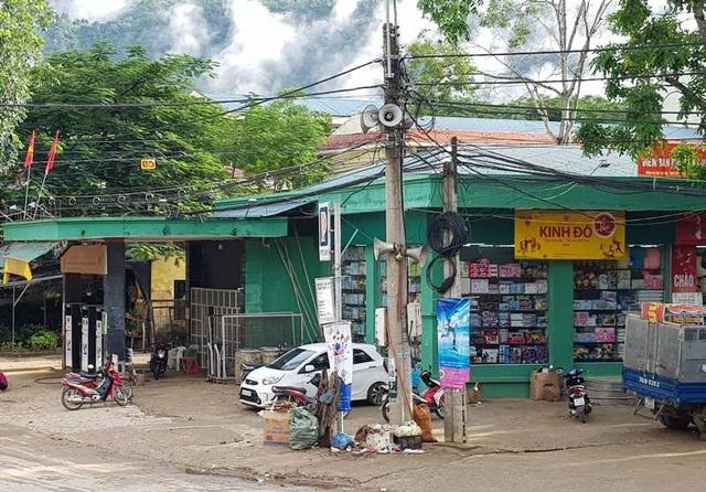 Cửa hàng xăng dầu này cũng nằm cạnh khu dân cư.