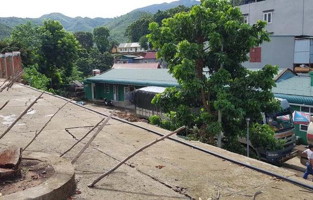 Bồn chứa nhiên liệu nằm sát với lớp học của trường THCS dân tộc nội trú Mường Lát.