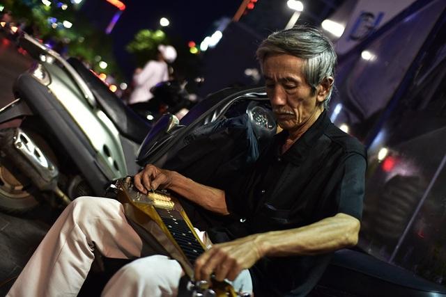 """Có lẽ ông là nhạc sĩ """"cô đơn"""" nhất ở phố đi bộ Nguyễn Huệ"""