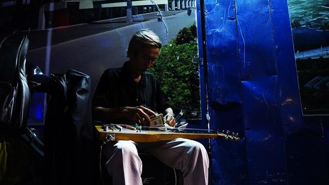Những ngày không mưa bão, ông Phương vẫn lặng lẽ ra đây chọn một góc tối để chơi đàn
