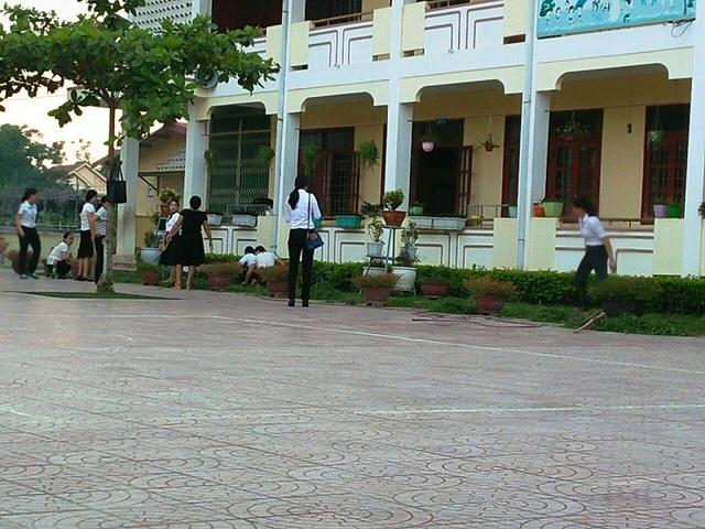 Buổi lao động của các giáo viên, học sinh ở Trường Tiểu học Cảnh Hóa.