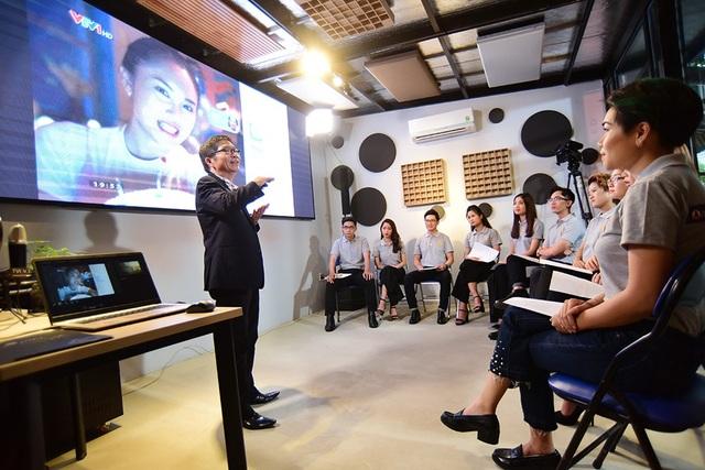 Để giúp phát triển những tài năng này, cựu MC, nhà báo Đông Quân (một trong những giọng đọc vàng của Đài tiếng nói nhân dân TPHCM gắn bó tên tuổi với chương trình Làn sóng xanh (VOH), Chào ngày mới (HTV7) đã bất ngờ xuất hiện trong chương trình Gương mặt truyền hình để truyền đạt kỹ năng cho các thế hệ tiếp theo.