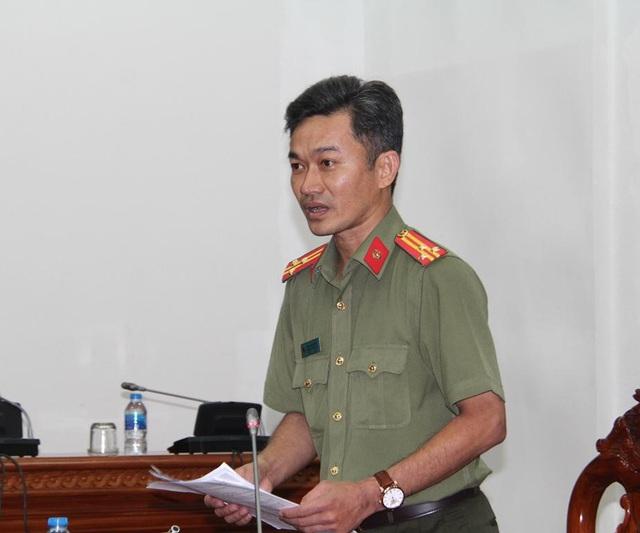 Thượng tá Nguyễn Văn Dương- Trưởng phòng tham mưu Công an Cần Thơ trả lời tại buổi họp báo
