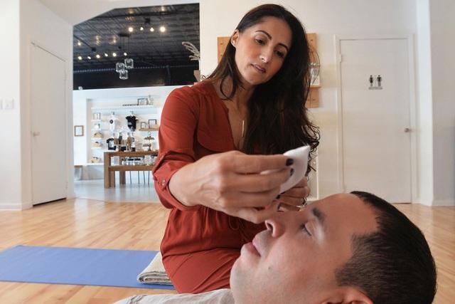 Huấn luyện viên giấc ngủ Soda Kuczkowski đang trị liệu cho Brian Ellis ở trung tâm của cô. (Nguồn:Dan Cappellazzo)