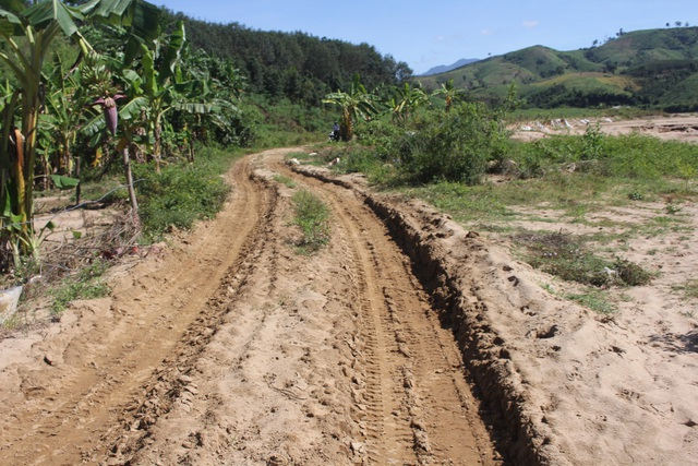 Đường vào bãi khai thác cát bên bờ sông Pô Cô