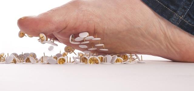 Điều gì gây ra cảm giác kiến bò ở bàn chân hoặc bàn tay? - Ảnh 2.