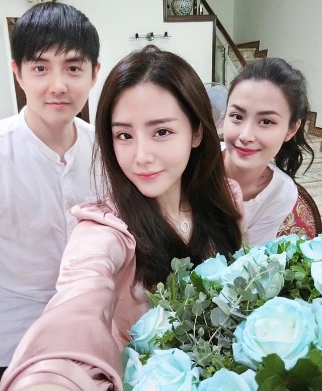 Ông Cao Thắng (bên trái ảnh), em gái Thoại Liên (ở giữa) và Đông Nhi (bên phải ảnh)