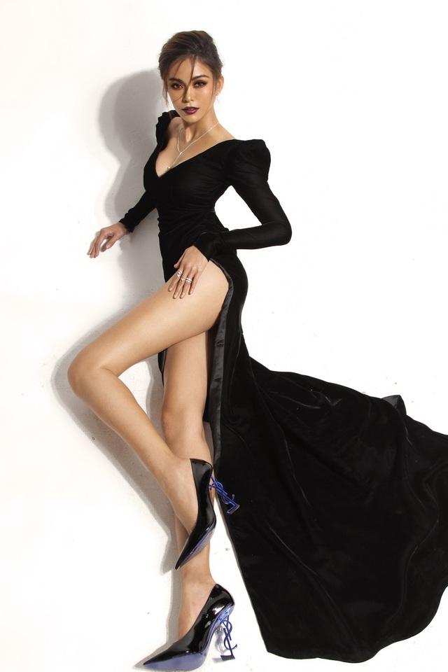 Khác với những hình ảnh trước đó, hình ảnh một Mâu Thuỷ xinh đẹp và nữ tính, khoe đôi chân dài thướt tha của mình đã khiến nhiều người bất ngờ.