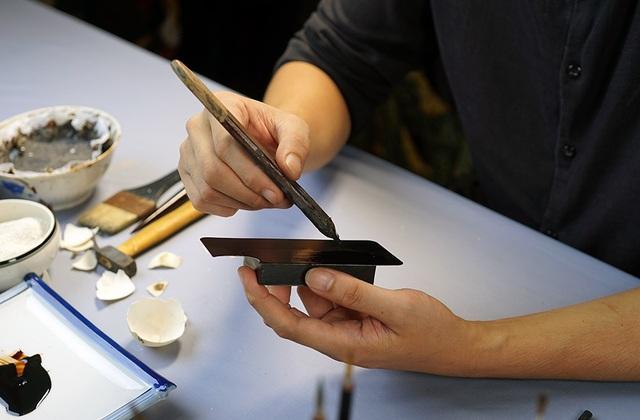 Sơn được quét lên bề mặt ốp điện thoại nhiều lớp, mỗi lớp phải quét mỏng cẩn thận.