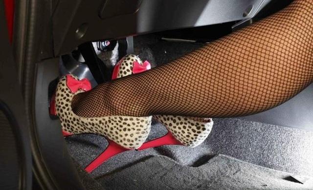 Theo các chuyên gia, phụ nữ không nên sử dụng giày cao gót khi lái ôtô để tránh xảy ra các tai nạn đáng tiếc.
