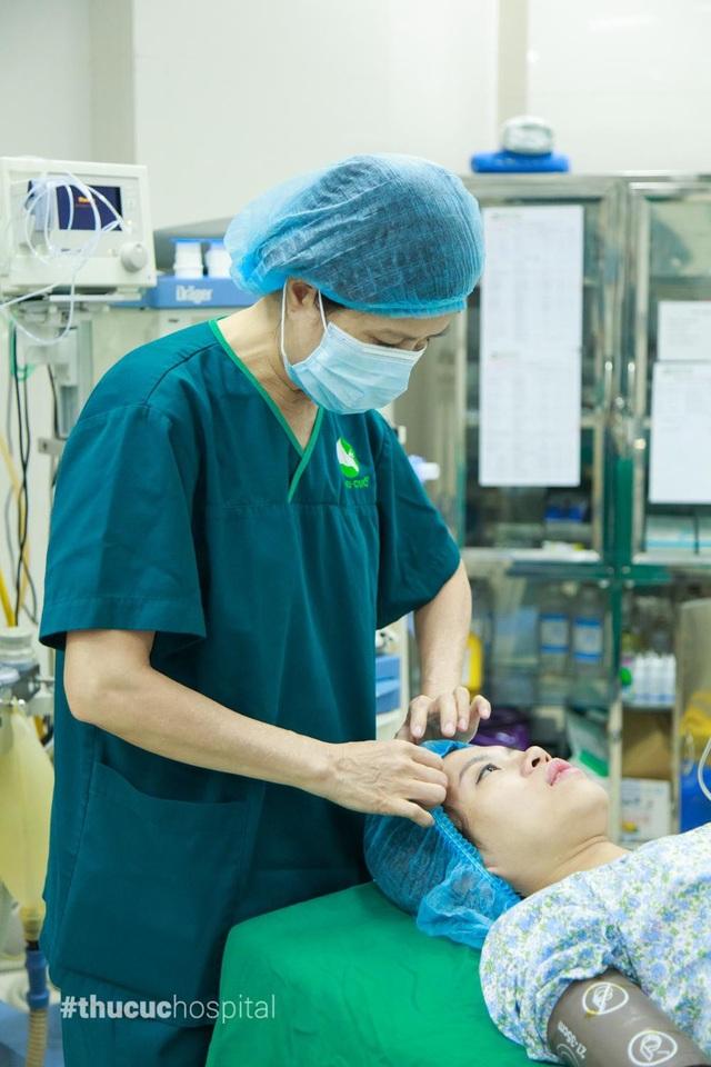 Những cử chỉ nhẹ nhàng, ân cần của bác sĩ phần nào cũng giúp mẹ bầu thoải mái hơn