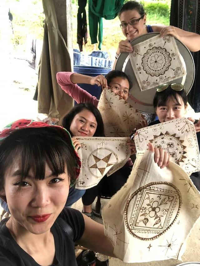 Sản phẩm đầu tay của du khách khi tham gia làm nghề thêu với bà con.