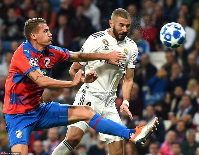 Benzema ghi bàn mở tỷ số cho Real Madrid ở phút 11