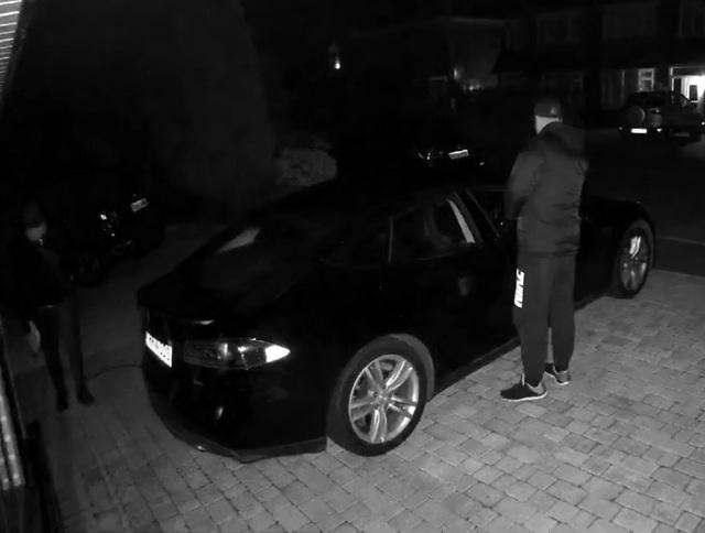 Tên trộm bên trái dò sóng tính hiệu phát ra từ chìa khóa thông minh và chuyển tiếp tín hiệu đến tên trộm bên phải đang đứng cạnh xe