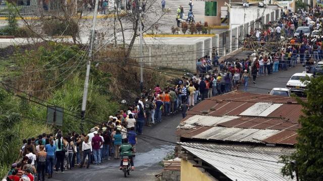 Dòng người xếp hàng trước một cửa tiệm bán bánh mỳ tại Venezuela.