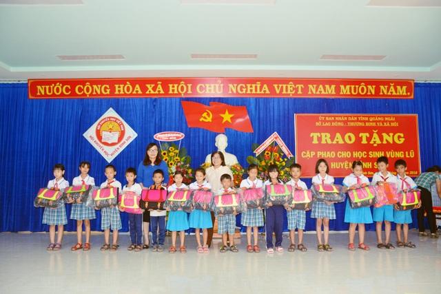 Sở LĐ-TB&XH tỉnh Quảng Ngãi tặng 540 cặp phao cho trẻ em ở những địa bàn thường xuyên bị nước lũ chia cắt trong mùa mưa bão