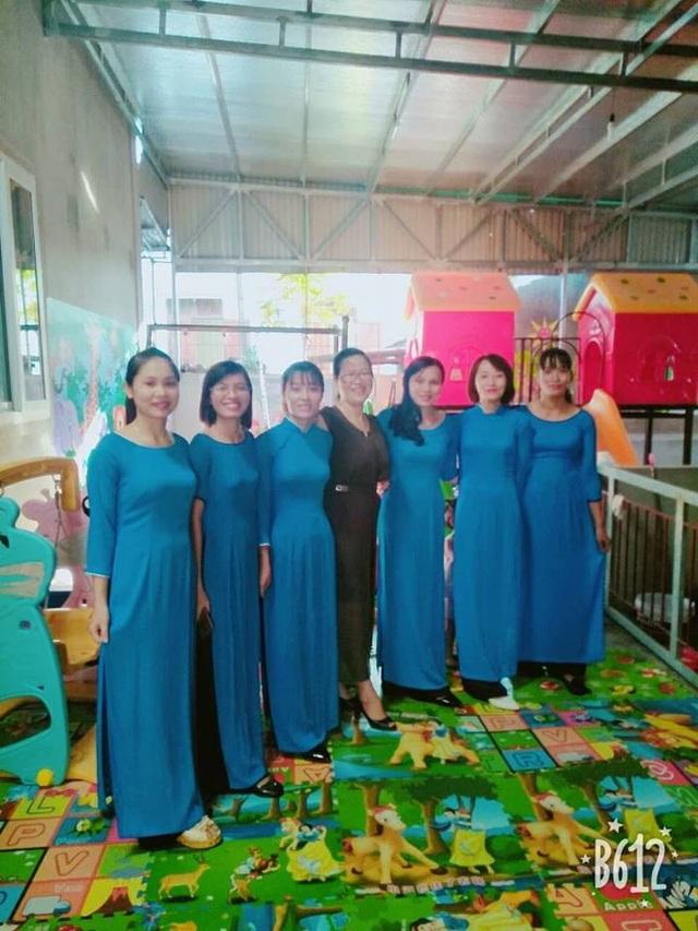 Cô Trần Thị Nga (Váy đen đứng giữa) cùng đội ngũ giáo viên của một Nhóm lớp.
