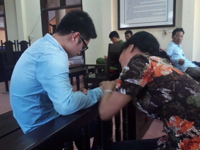 Tại phần nghị án, 2 mẹ con Kiên ôm nhau trong nước mắt.
