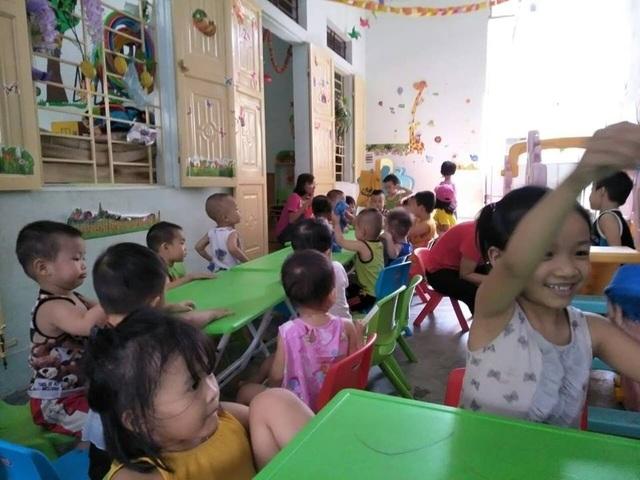 Trẻ thoải mái vui chơi phát triển về trí tuệ thể chất tại một Nhóm lớp mầm non Thuận Chân IQ.