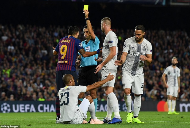 Luis Suarez nhận thẻ vàng do phản ứng trọng tài