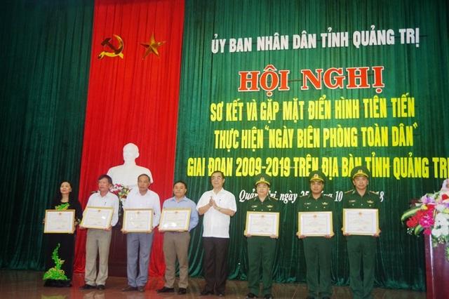 Chủ tịch UBND tỉnh Nguyễn Đức Chính tặng Bằng khen cho các tập thể.