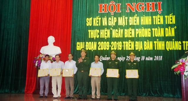 Phó Tư lệnh Bộ đội Biên phòng - Thiếu tướng Hoàng Đăng Nhiễu trao Bằng khen của Bộ Tư lệnh BĐBP cho các tập thể, cá nhân.