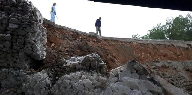 Nguyên nhân sự cố sụt cầu tạm là do ảnh hưởng từ vụ xe chở xăng bị lật và nổ tại cầu Ngòi Thủ, làm ảnh hưởng lớn đến kết cấu bê tông của cầu, xảy ra từ đầu tháng 9