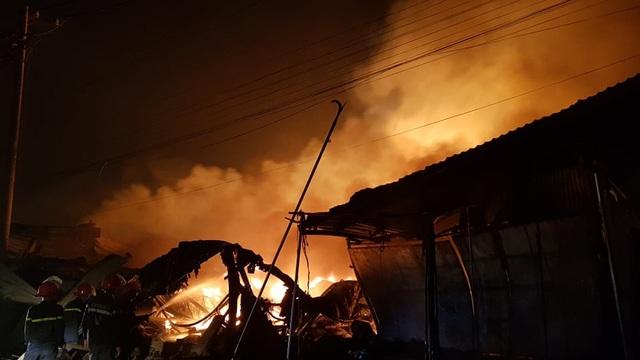 Cảnh sát PCCC tiến hành dập lửa