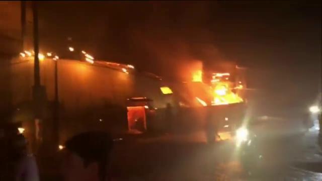 Do kho xưởng chứa nhiều vật liệu dễ cháy nên ngọn lửa bốc lên dữ dội.