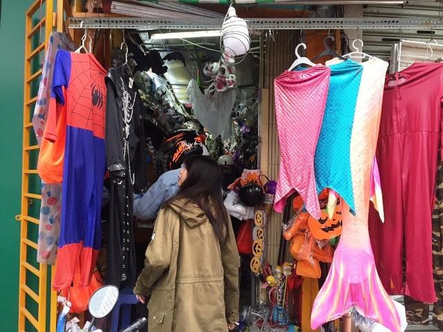 Các bạn trẻ vào một cửa hàng trên đường Nguyễn Thị Minh Khai (quận 1) để chọn đồ hóa trang