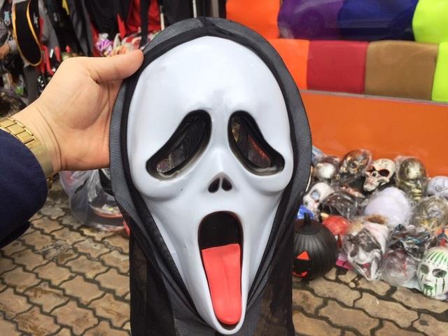 """Chiếc mặt nạ """"bình dân"""" có giá 50.000 đồng"""