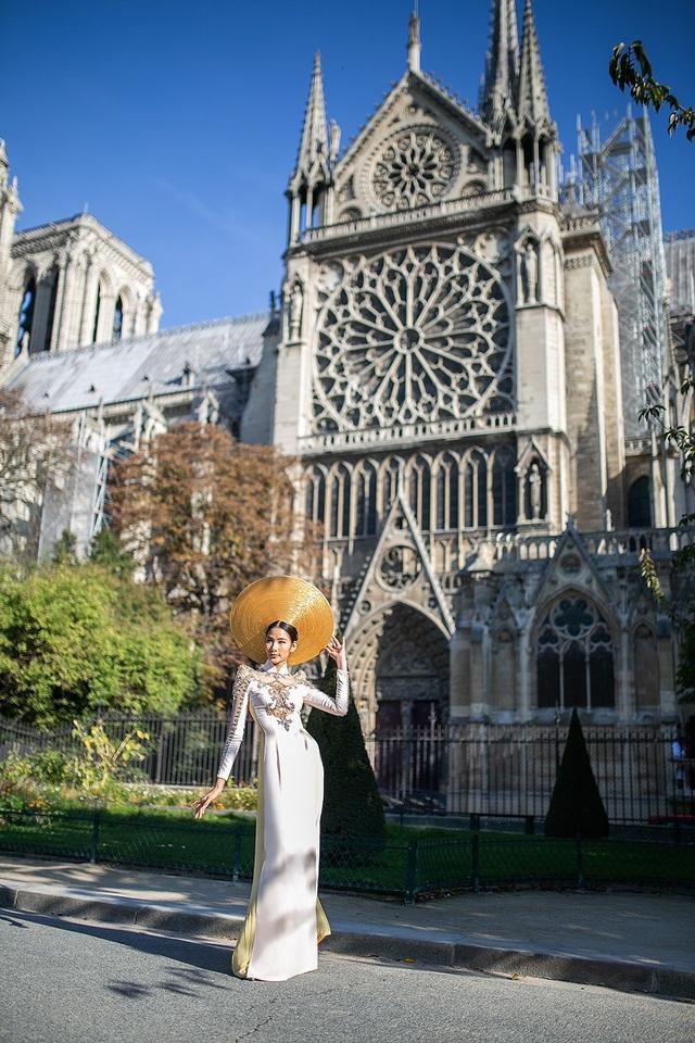 Hoàng Thùy ấn tượng với tà áo dài trắng được đính kết hoa văn cầu kỳ mang đến sự sang trọng và quý phái cho tà áo dài Việt Nam trên đất Pháp.