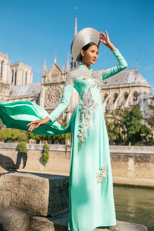 Đặc biệt, Hoàng Thùy còn diện những chiếc áo dài vàng hoàng gia quyền lực và chiếc áo dài xanh ngọc có hình ảnh những chú chim bồ câu bay lượn mang theo ý nghĩa hoà bình.