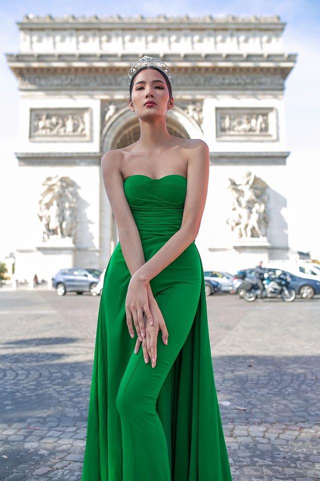 Bộ hình được chụp trên những địa điểm nổi tiếng như: Khải Hoàn Môn, Tháp Eiffel, Nhà thờ Đức Bà…