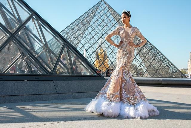 Với phong cách người mẫu chuyên nghiệp, Hoàng Thùy đã mang đến những khung hình cực chất cho loạt ảnh lần này.