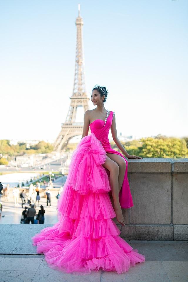 Trong loạt ảnh này, người mẫu Hoàng Thuỳ như tái hiện được hình ảnh một nàng tiên kiêu sa dưới cái ánh nắng chói chang của Paris.