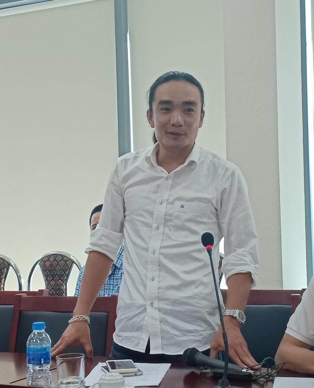 Tác giả Trần Nhân Quyền - Người đoạt Huy chương vàng với bộ ảnh Lễ hội Cầu nước. Ảnh: Tùng Long.