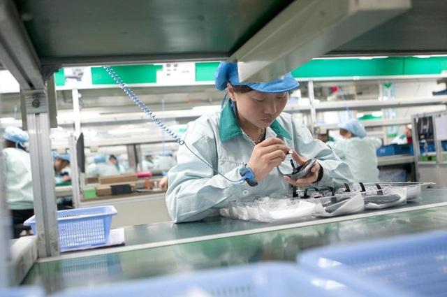 Công nhân làm việc tại nhà máy lắp ráp chuột máy tính của Logitech tại Trung Quốc. (Ảnh: Bloomberg)