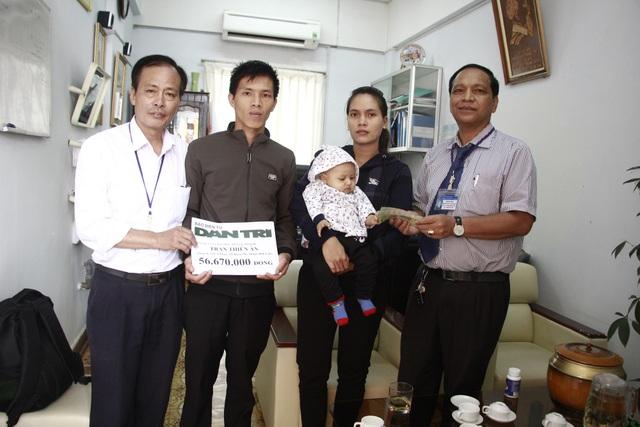 Bác sĩ Y Bliu Arul – Phó Giám đốc Bệnh viện Đa khoa vùng Tây Nguyên cùng đại diện bệnh viện thay mặt báo Dân trí trao số tiền 56.670.000 đồng đến gia đình bé Thiên Ân