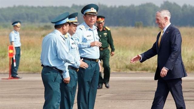 Bộ trưởng Quốc phòng Mỹ Jim Mattis (phải) thăm sân bay Biên Hòa ngày 17/10. (Ảnh: Reuters)
