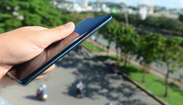 """Huawei Mate 20 Pro: Thiết kế """"lạ đời"""" - 6"""