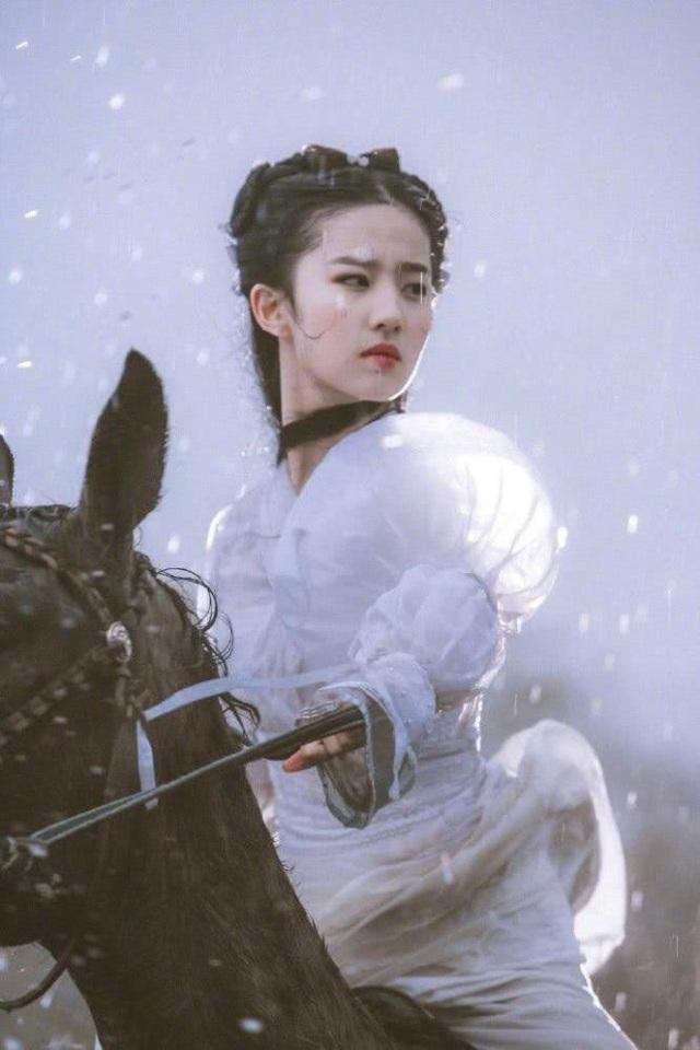 """Lưu Diệc Phi sở hữu gương mặt xinh đẹp """"không góc chết"""". Cô bắt đầu tham gia đóng phim và làng giải trí khi mới 16 tuổi. Hiện tại, người đẹp đã thành danh tại quê nhà và châu Á."""