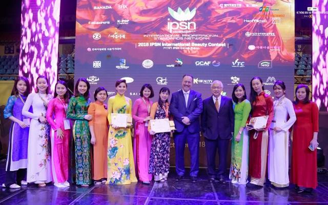 Cẩm Nhung (thứ hai từ trái sang) và các thí sinh đoàn Việt Nam đều được ban tổ chức đánh giá rất cao về sự sáng tạo và kỹ năng thuần thục.
