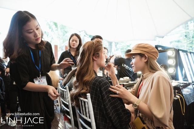 Linh Jace và nhà tạo mẫu tóc Thanh Huệ cùng kết hợp để tạo ra một layout hoàn hảo nhất