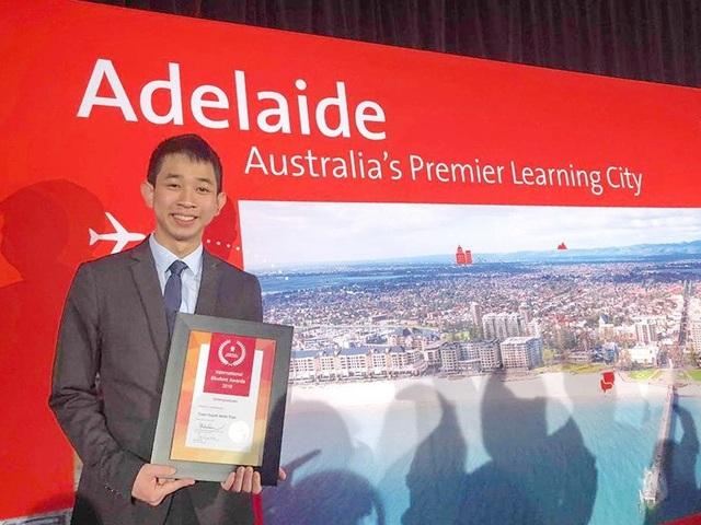 Trần Huỳnh Minh Tuấn được vinh danh là sinh viên quốc tế xuất sắc nhất Nam Úc năm 2018 (ảnh NVCC)=