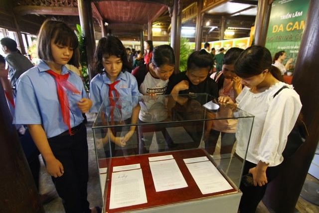Các em học sinh cấp 2 chăm chú đọc lá thư của Đại tướng Võ Nguyên Giáp