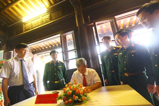Bí thư Tỉnh ủy Thừa Thiên Huế - ông Lê Trường Lưu viết cảm tưởng vào sổ lưu niệm tại triển lãm Da cam - Lương tri và công lý